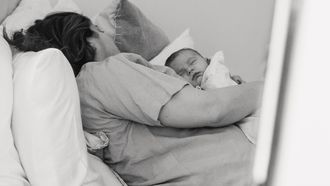 baby slapen op borst