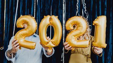Goede voornemens / Man en vrouw houden '2021' ballonnen vast