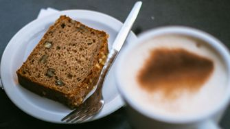 gezonde ontbijtkoek en koffie