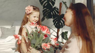 Dochter die haar moeder voor moederdag een mooie bos bloemen cadeau geeft