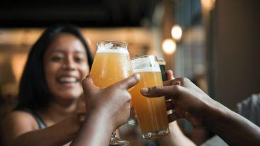 Mensen die proosten met biertjes