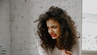 Vrouw trekt een vies gezicht. Lichaamsgeurtjes die je niet mag negeren