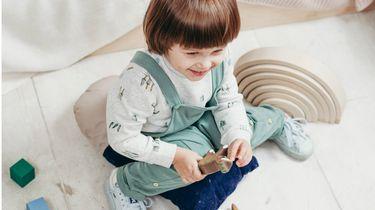 speltherapie spraak / kind speelt op de grond