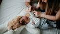 vader en moeder met baby met geboortevlekken