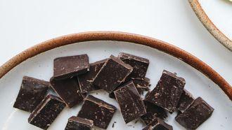 pure chocolade eten tijdens het afvallen