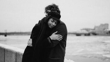 relatie / man en vrouwen omhelzen elkaar