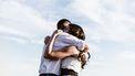vriend / man en vrouw knuffelen in buitenlucht