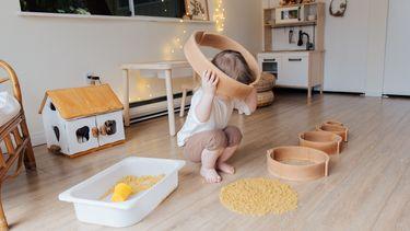 Kinderkamer die leuk gemaakt is met Ikea-hacks waarin een kind speelt