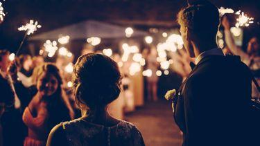 twee mensen op hun trouwdag met een gelukkig huwelijk