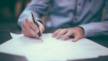 man tekent document