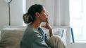 Vrouw die stress heeft en denkt dat ze overspannen is door de symptomen die ze voelt