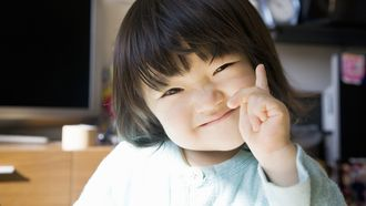 dochter wijst met haar vinger