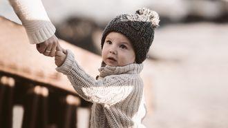 flared leggings / kind houdt hand van moeder vast