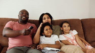 Gezin dat met zijn allen kinderfilms op Netflix kijkt