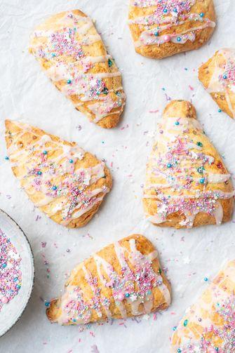 Unicorn scones: scones met eenhoorn sprinkles