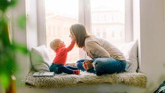 Peuter die volle zinnen tegen zijn moeder praat en voorloopt in spraakontwikkeling