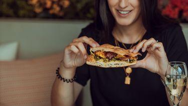 Vrouw die een broodje eet