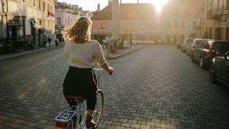 Vrouw die fietst in vrijheid na de lockdown