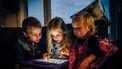 Kinderen die YouTube kijken op een tablet