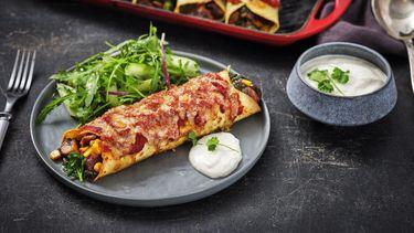 Heerlijk recept voor vegetarische Enchilada's met paddenstoelen, spinazie en komkommersalade