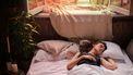 Vrouw slaapt op haar rug met open raam. Lucide dromen