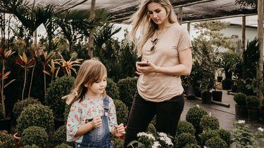 introvert kind en moeder in een tuincentrum