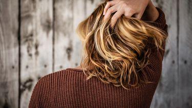 Vrouw die haar haar heeft laten knippen volgens haar sterrenbeeld