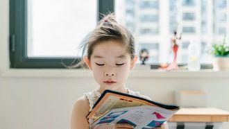 meisje leest kinderboek