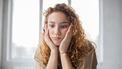 vrouw denkt hopeloos na omdat ze altijd alles kwijt is