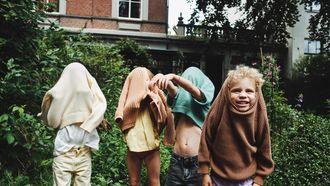 Kinderen in de tuin in zomerkleren van de zomercollectie van Maed for Mini