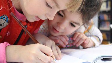 Meisjes die elkaar helpen dankzij de opvoeding