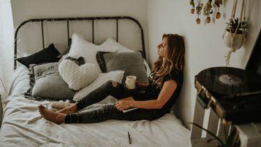 ruimte nodig / vrouw zit alleen op bed