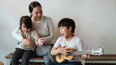 Kinderliedjes van vroeger / moeder zingt en maakt muziek met zoon en dochter