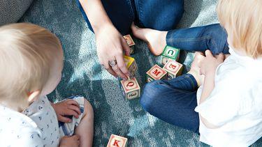 kinderen spelen met blokjes