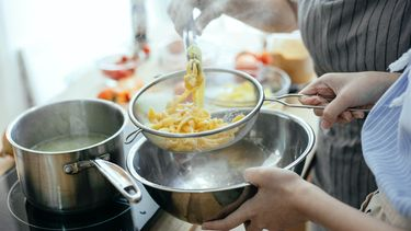 Pasta koken om de luchtvochtigheid te verhogen met stoom