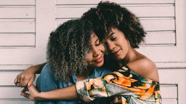 Vrouw die haar grote zus knuffelt