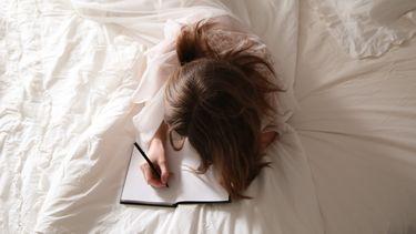 introvert kind schrijft in een boekje