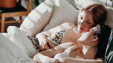 minder seks / vrouwen liggen intiem in bed met elkaar