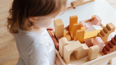 peuter speelt met blokken / cadeautips voor kinderen vanaf 1 jaar