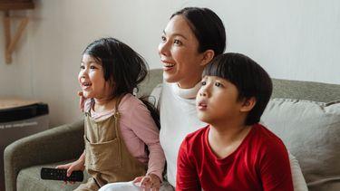 nieuwe films op netflix / gezin kijkt tv op de bank