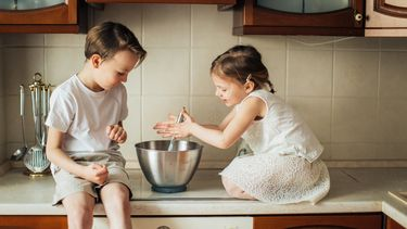 Twee kinderen die een binnenactiviteit aan het doen zijn