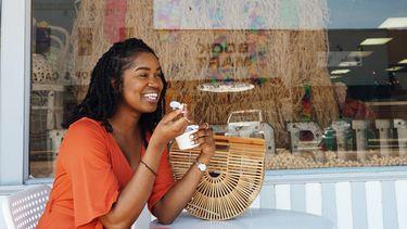 Vrouw die heel blij aan het eten is