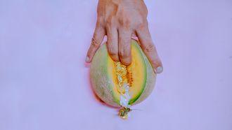 masturbatie / vinger in meloen