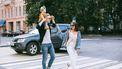 jong gezin aan het wandelen tijdens een werkdag in de stad