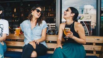 Vrouwen die samen borrelen in de lente waardoor hun relaties stuklopen