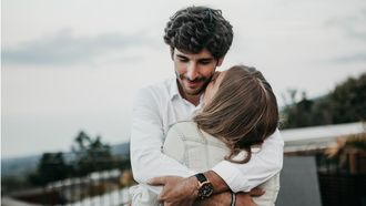 aandacht van je partner / vrouw knuffelt met man