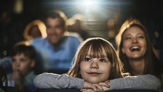 meisje kijkt naar de film Dumbo