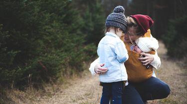 Moeder die haar dochter vertelt niet jaloers te hoeven zijn op het tweede kind