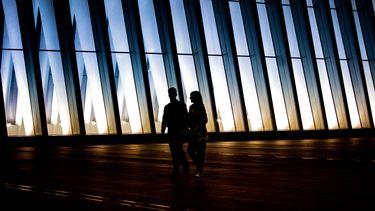 Twee collega's die een relatie hebben lopen samen langs een kantoor