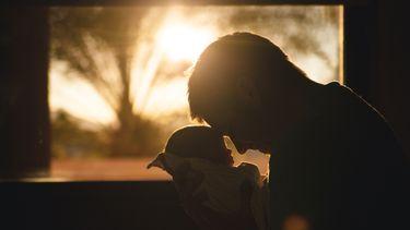 Vader die zijn doodgeboren zoontje vasthoudt